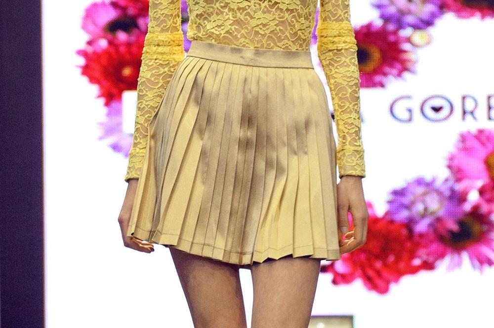 Złota plisowana spódnica wykonana z sa